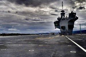 Видеохит: фотограф случайно посадил дрон на самый большой корабль британского флота