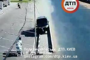 Под Киевом водитель внедорожника снес 30 метров ограждения, едва не сбив мать с ребенком