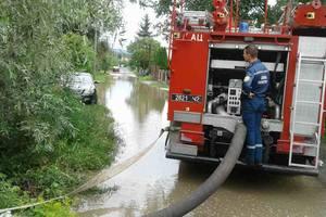 На Закарпатье после урагана затоплены дороги и дома, повалены деревья