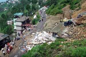 В Индии два автобуса попали под оползень, погибли 46 человек