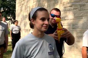 Курсантов полицейской академии испытали резиновым цыпленком