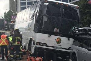 В Ванкувере туристический автобус врезался в толпу людей