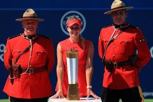 Фотосесія чемпіонки: Еліна Світоліна з трофеєм Торонто