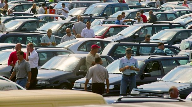 Рынок подержанных авто. Составляет миллионы экземпляров, а через салоны продаются тысячи