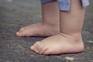 Отчим до полусмерти избил двухлетнюю девочку в Херсонской области