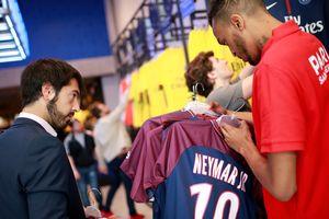 """""""ПСЖ"""" уже заработал на футболках Неймара около двух миллионов евро"""