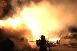 В Хмельницкой области пять часов спасали горящие склады с коноплей