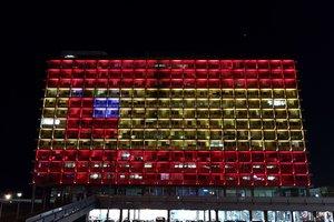 Здание администрации Тель-Авива подсветили в цвета флага Испании