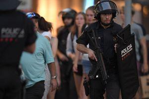 Водитель наехавшего на людей в Барселоне фургона остается на свободе - полиция