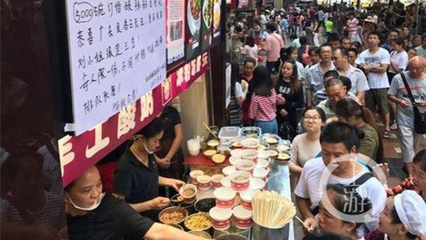 Влюбленный китаец взнак признательности за правдивость накормил лапшой 5 тыс. человек