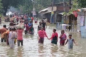 Число жертв наводнений на востоке Индии резко возросло