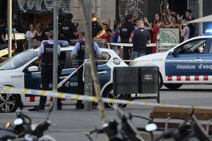 Теракт в Барселоне: люди в панике разбегались и прятались в магазинах