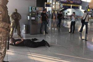 Руководство полиции аэропорта Харькова задержали на взятке