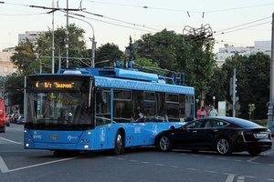 В Москве электрокар Tesla протаранил троллейбус