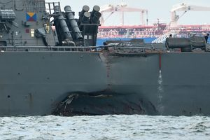 Инцидент с эсминцем США: неизвестна судьба десяти моряков