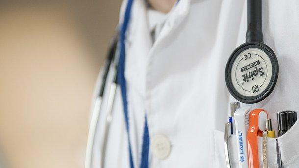 Мед. сотрудники  клиники  Мечникова спасают жизнь раненого вголову военного