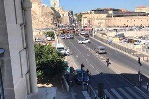 В Марселе автомобиль протаранил две автобусные остановки: появились фото и видео
