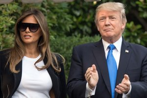 Мелания Трамп в ярком платье за 800 долларов вернулась из отпуска в Белый дом