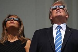 Как Трамп с женой наблюдали за затмением Солнца