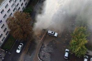 """В Киеве возле жилого дома прорвало трубу, """"гейзер"""" бьет выше четвертого этажа"""