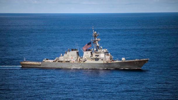 Эсминец John S. McCain получил повреждения левой части кормы. Фото: Korabli.eu