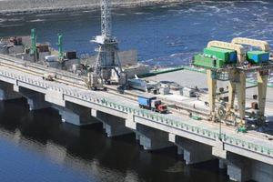 На недавно открытой Путиным ГЭС в России произошла авария: появилось видео
