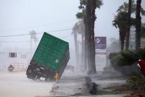 """На США обрушился ураган """"Харви"""": фото и видео последствий"""