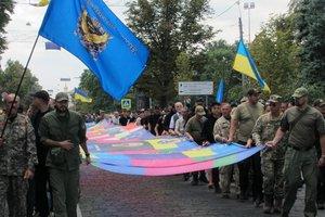 В центре Харькова развернули 25-метровый Флаг единства