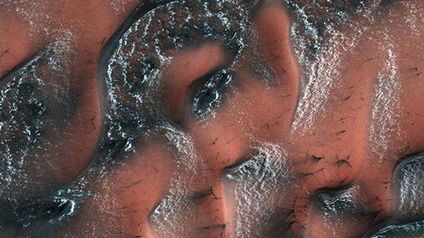 NASA опубликовало фото заснеженных дюн Марса