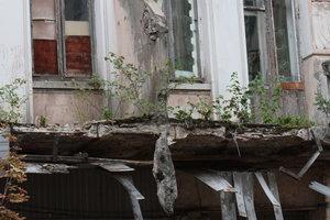 Подробности обвала балкона старинного дома в Киеве: в полуразрушенном здании живет девять человек