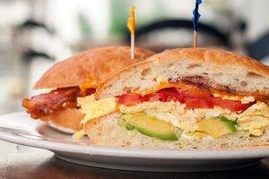 """""""На скорую руку"""": простые рецепты вкусных и сытных бутербродов"""