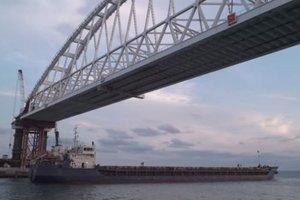 Под аркой Керченского моста оккупантов прошло первое судно: появилось видео