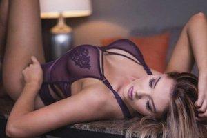Модель Playboy пожаловалась на слишком большую грудь