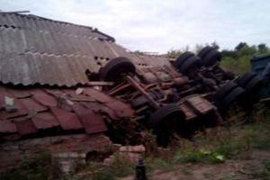 Снес столб и протаранил сарай: в Винницкой области перевернулся грузовик