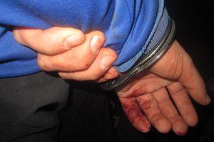 Под Киевом мужчина изрезал ножом друзей своей сожительницы