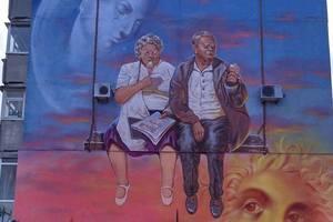 Счастливые пенсионеры: в Сумах появился новый мурал