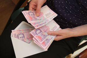 Средняя зарплата в Украине снизилась: стали ли украинцы беднее и кому повезло больше всех