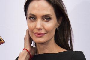 Похорошевшая Анджелина Джоли появилась на публике в белом платье без бюстгальтера