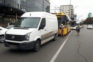 В Киеве неответственные водители массово блокируют движение троллейбусов и трамваев