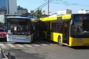 В Киеве столкнулись троллейбус, автобус и легковушка