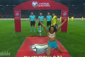 Оголившая грудь активистка Femen выбежала на поле перед матчем Украина - Турция