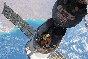 """Корабль """"Союз МС-04"""" астронавтами NASA и с российским космонавтом отстыковался от МКС"""