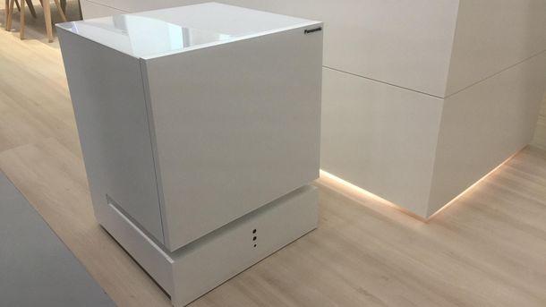 Panasonic презентовал холодильник, который сам приезжает к владельцу