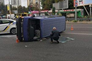 В Киеве машина упала на бок после столкновения, есть пострадавшие