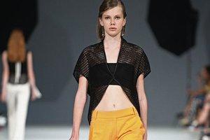 Модные тенденции: акцент на грудь и платья-халаты