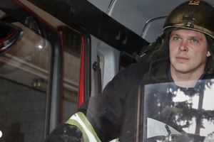 В Киеве пожарные спасли маленькую девочку, застрявшую в железном столе