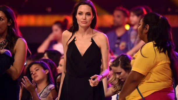 Анджелина Джоли ввечернем одеяние! впервый раз после развода сПиттом