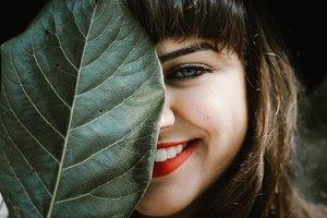 Как отбелить зубы с помощью соды и активированного угля