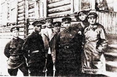 За работой. Френкель (крайний справа) в свите своих подчиненных в одном из лагерей