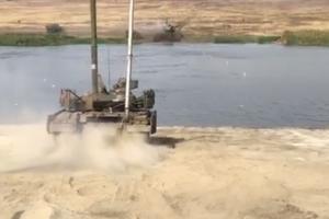 Муженко показал, как танки ВСУ форсируют реку